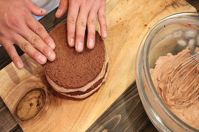 3枚目のチョコスポンジケーキをのせる