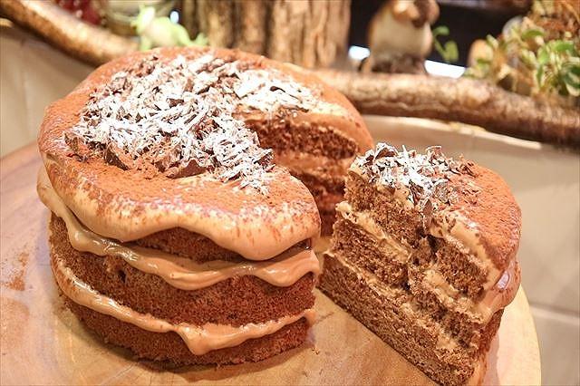 シンプルなチョコレートケーキカット