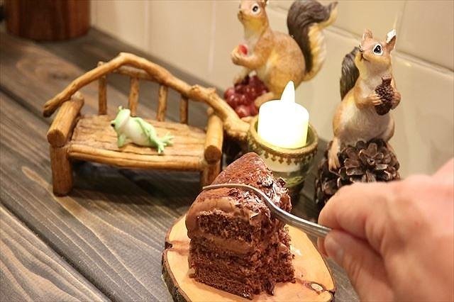 シンプルなチョコレートケーキ食べる