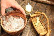 薄力粉とココアを混ぜ合わす