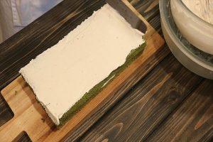ケーキの表面に黒みつシャンティをのせる3