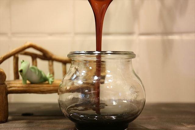 黒蜜を瓶に詰める