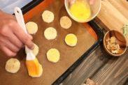 クッキー生地の表面にドレを塗る