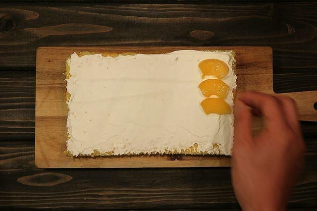 サンド用の黄桃を並べる