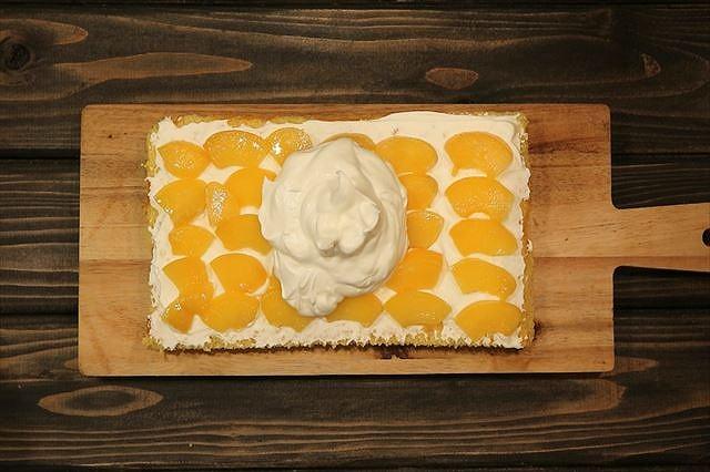 サンド用の黄桃にクレームシャンティをのせる2