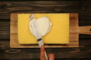 ケーキの表面にクレームシャンティを塗る