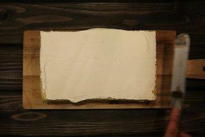 ケーキの表面にクレームシャンティを塗る2