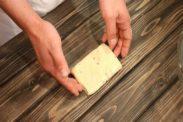 クッキー生地の厚みを整えてラップで包む