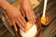 クッキー生地にグラニュー糖をつける