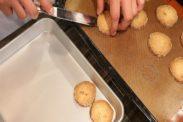 焼きあがったクッキーをトレーにうつす