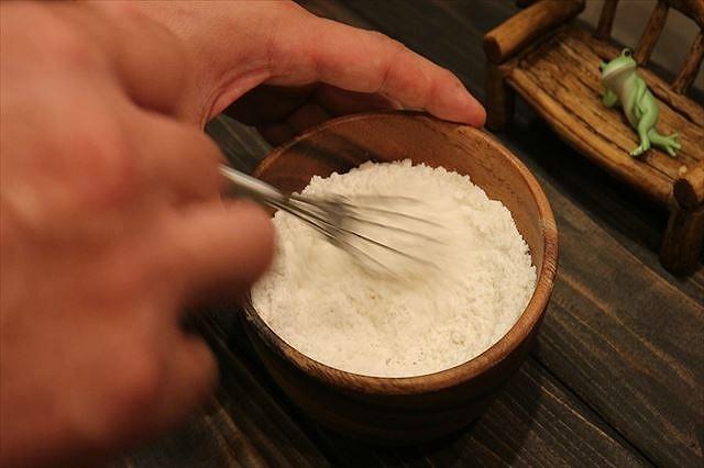 薄力粉と強力粉を混ぜ合わせる