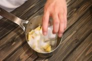 パイナップルにグラニュー糖を加える
