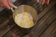 パイナップルにグラニュー糖を絡める