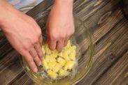 パイナップル煮に密着するようにラップをする