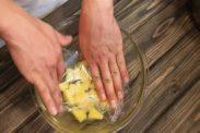 パイナップルのシロップ煮をボウルに入れて密着するようにラップをする