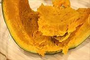 ホックリしたかぼちゃの果肉をスプーンで取り出す
