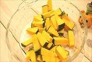 角切りにしたかぼちゃを耐熱皿に入れる