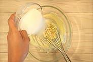 バターにグラニュー糖を加える