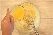溶きほぐした卵をバターに加える