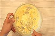 バターと卵を混ぜ合わせる