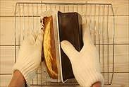 りんごのパウンドケーキを型から取り出す