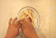 りんごにラップを密着させる
