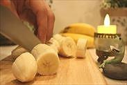 バナナをざく切りにする