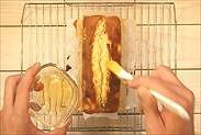 熱々のパウンドケーキにブランデーを塗る