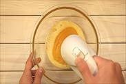 卵をハンドミキサーで泡立てる