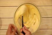 レモン果汁と皮を生地に混ぜ合わせる
