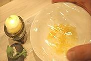 レモン果汁とレモンの皮を混ぜ合わせる