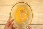 卵とグラニュー糖を混ぜ合わせる