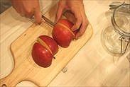 りんごを4分の1にカットする