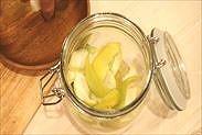 保存瓶にレモンの果肉と皮を入れる