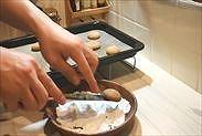 きな粉のスノーボウルクッキーに粉糖を絡める