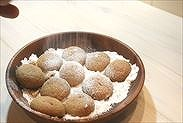 きな粉のスノーボウルクッキーに粉糖をかける