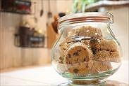 チョコレートディアマンクッキーを保存瓶に入れる