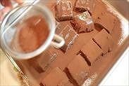 生チョコに純ココアパウダーをふるいかける