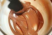 チョコレートを湯煎にあてて溶かす