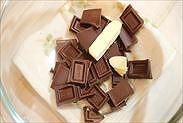チョコレートと無塩バターをボウルに入れる