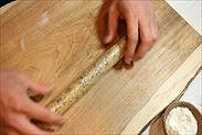 成型したクッキー生地をラップで包む