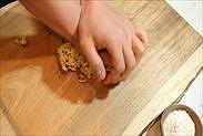 クッキー生地を手の甲で上から押す