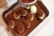 丸めた生チョコにココアパウダーをまぶす