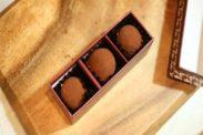 生チョコを箱に詰める