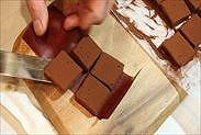 生チョコをパレットナイフで持つ