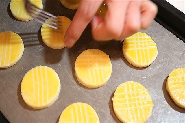 卵黄を塗り模様をつける