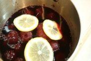 手鍋にダークチェリーのシロップ漬け、グラニュー糖、レモンスライスをいれる