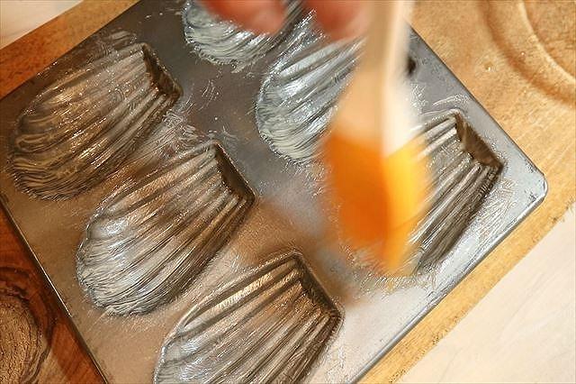 マドレーヌ型にバターを塗る