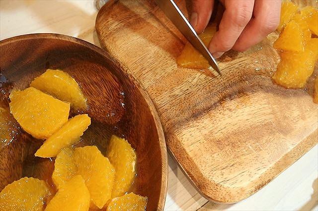 オレンジの果肉をカットする
