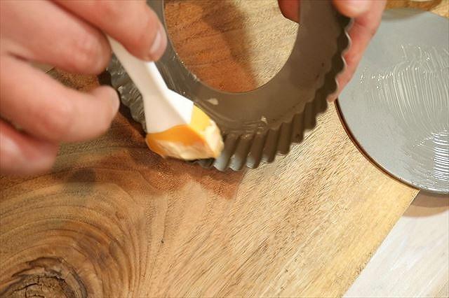 タルト型にバターを塗る
